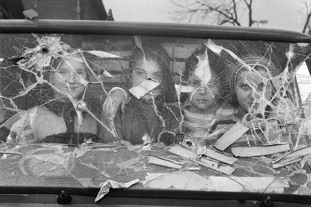 Cuatro niñas miran desde el interior de una furgoneta destrozada. Sarajevo (Bosnia-Herzegovina), Marzo de 1994.
